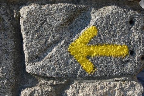 Típica flecha indicando el camino.